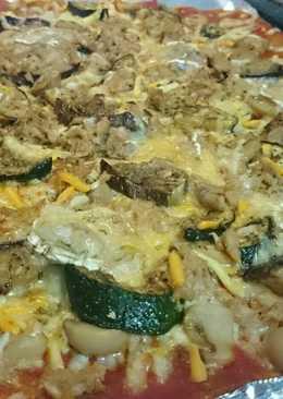 Pizza de tomate frito, calabacín, berenjena, queso rulo de cabra, champiñones y atún