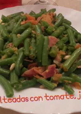 Judías verdes salteadas con tomate, jamón y piñones*