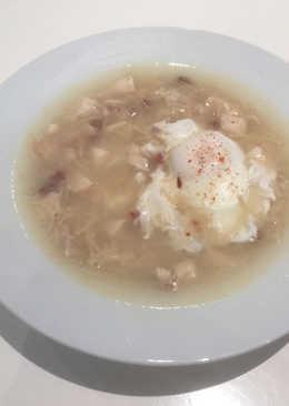 Sopa con pollo asado
