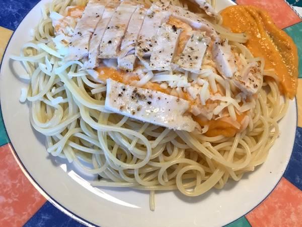 Espaguetis con salsa de tomate casera, queso y pollo en plancha