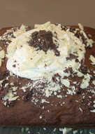 Bizcocho con relleno de crema de semillas de amapolas y chocolate Toblerone
