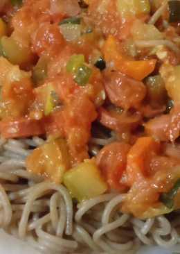 Espaguettis de espelta ecológicos con salsa de tomate, salchichas y verduras