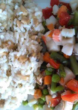 Arroz blanco con albahaca y salpicón de verduras con cangrejo