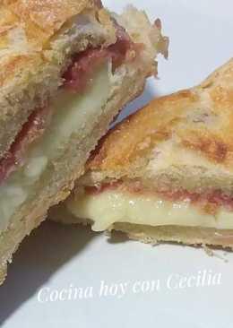 Bocadillo caliente de jamón serrano y queso brie