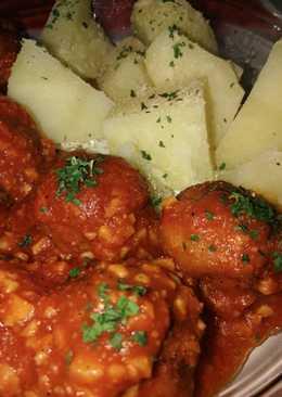 Albóndigas caseras en salsa de tomate y vino al ajillo
