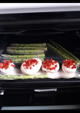 Champiñones rellenos y espárragos verdes al horno