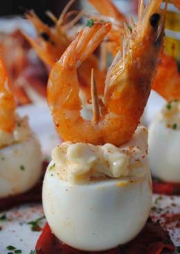Huevos de codorniz, sobre pimientos del piquillo, mahonesa de all-y-olí y 🦐 langostinos