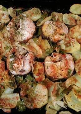 Rodajas de merluza con patatas cebolla y pimiento