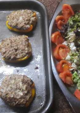 Pimientos amarillos rellenos y ensalada de lechuga y tomate