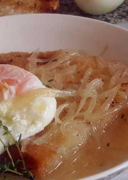 Sopa de tomillo con cebolla y huevo