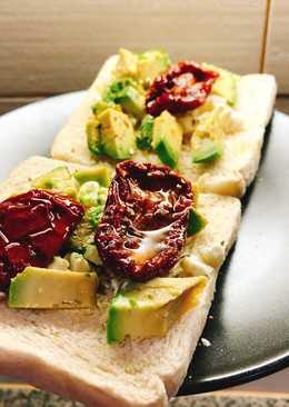 Tostada de aguacate, queso feta y tomate