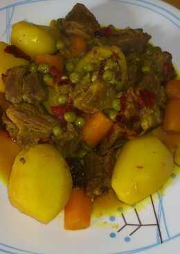 Carne de aguja estofada con pimientos ahumados y patatitas enteras