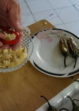 Chiles serranos rellenos de camote, piñones y hongos tipo geras