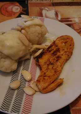 Pechuga de pollo al pimentón acompañada de coliflor gratinada