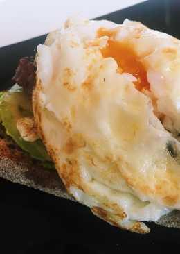 Tosta con aguacate, huevo y hamburguesa