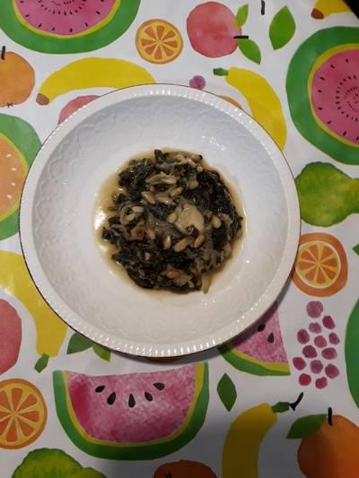 Espinacas con cebolla y piñones