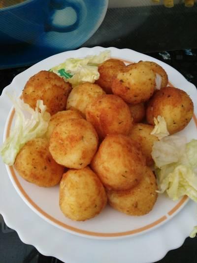 Bolitas de patatas y queso rallado