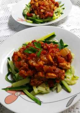 Espaguetis de calabacín con trocitos de cerdo en salsa de tomate