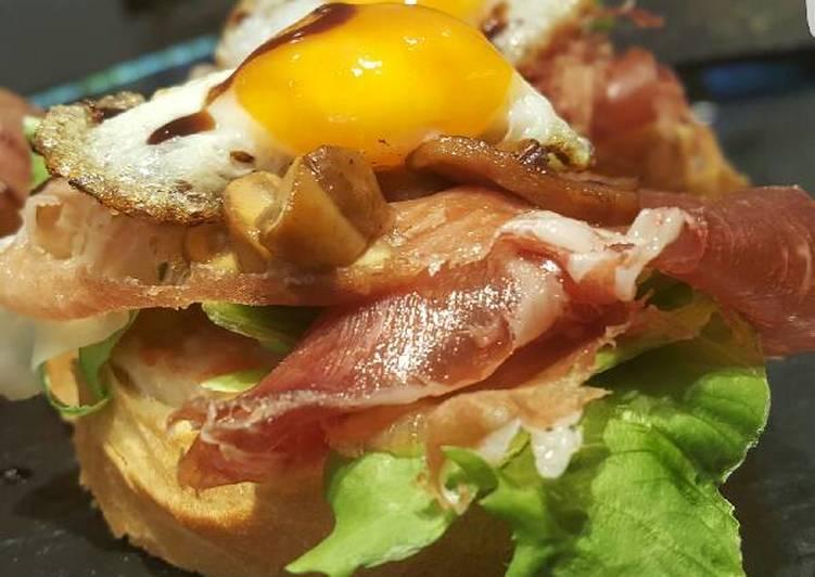 Pincho de lechuga, jamón y huevos de perdiz