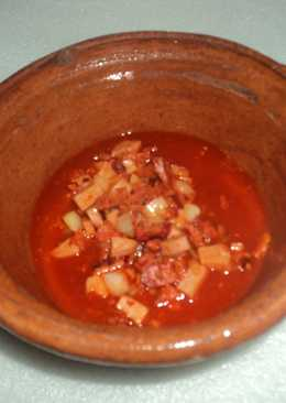 Chorizo con papas, cerveza y chile cascabel asado