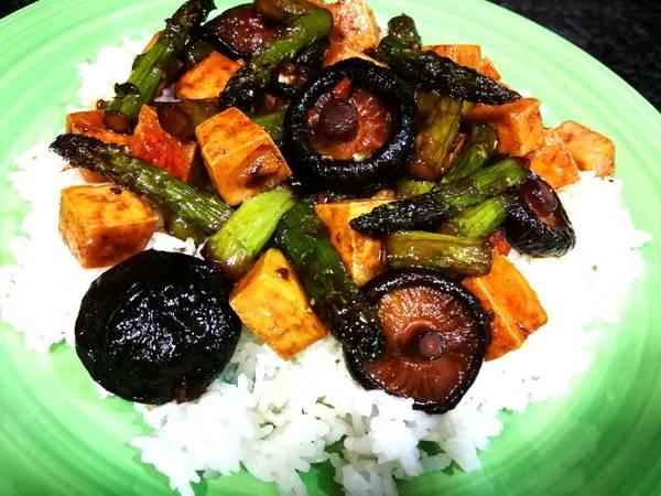 Tofu con setas shiitake y espárragos trigueros en salsa de soja