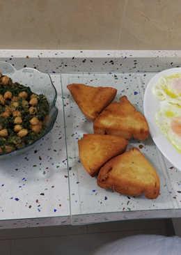 Espinacas con garbanzos y huevos fritos