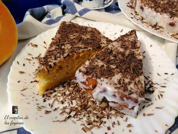 Tarta de calabaza y almendra con glaseado de limón y virutas de chocolate