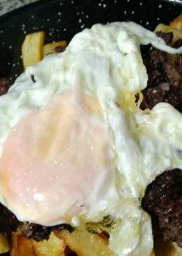Sartenada de patatas fritas con morcilla y huevo frito