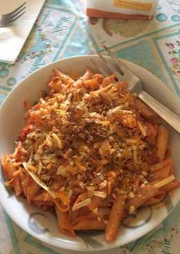 Macarrones con queso y cebolla frita