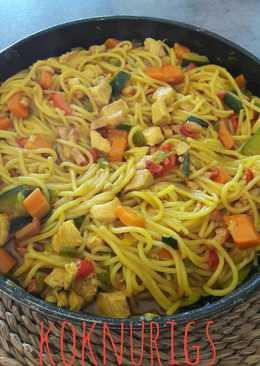 Espaguetis con verduras y pollo especiado