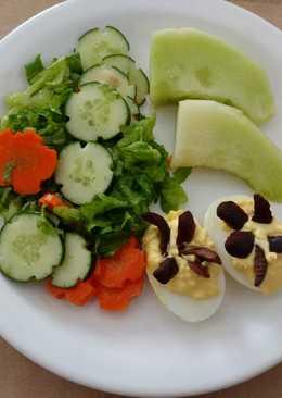 Plato fresco de melón, ensalada de lechuga, zanahoria y pepino c
