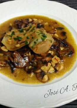 Champiñones y alcachofas al ajillo en salsa de azafrán