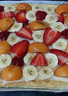 Tarta de hojaldre con nísperos, fresas y plátano