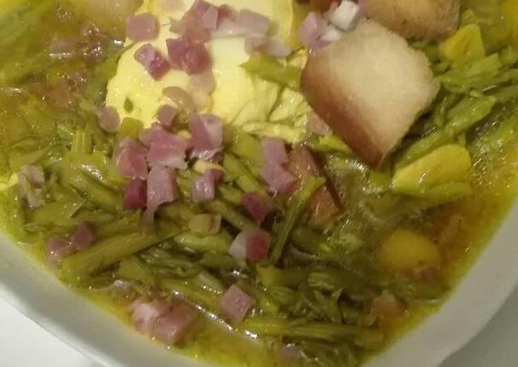Sopa de espárragos extremeños con jamón y huevos Caseros y picatostes
