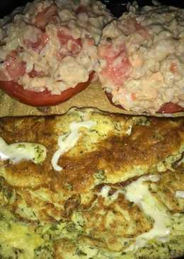 Tomate relleno con arroz integral y atún más omelette de queso