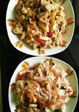Tallarines de arroz con verduras y pollo