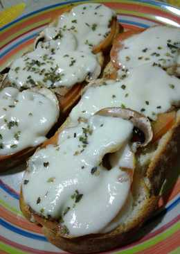 Tostas champiñones, tomate y mozzarella