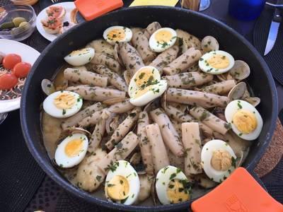 Merluza a la vasca con espárragos, almejas y huevo 🍳 duro