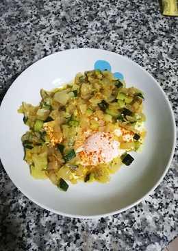 Huevo con calabacín y cebolla al pimentón