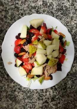 Ensalada de frutas, frutos secos y chocolate negro
