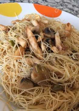 Fideos chinos de arroz con pollo y verduras