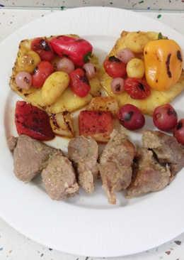 Estofado de cerdo con frutas y verduras salteadas con miel y sésamo