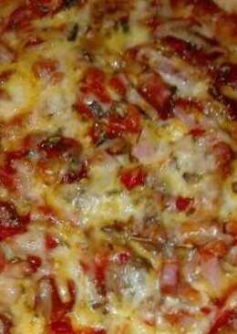 Pizza de resto de pollo y beicon con queso azul en la olla GM g