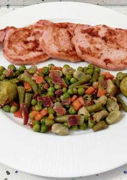 Chuletas de Sajonia asadas y salteado de verduras con jamón