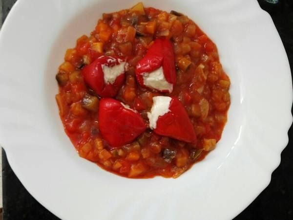 Pisto de verduras con pimiento relleno de queso