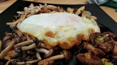Huevo de Oca con variado de setas
