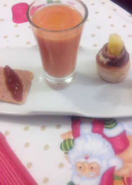 Aperitivos de Navidad:Chupito de salmorejo - tosta de micuit con huevo hilado y mermelada de cebolla - Mini vol-au-vant de queso azul con anchoa de Santoña y piña