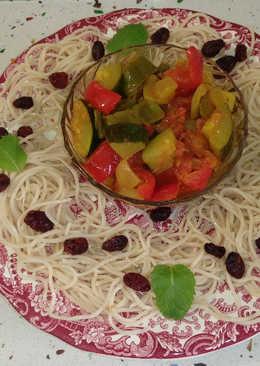 Fideos chinos con arándanos, menta y verduras salteadas con curry y anís verde