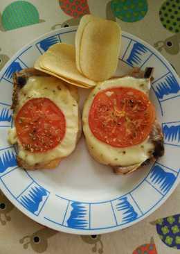 Chuletas de cerdo con queso y tomate