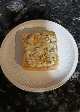 Sándwich al descubierto a los 3 quesos con ajo y orégano